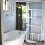 朝の光の入る風呂場